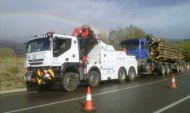 Remolcatge d'un camió 4 eixos carregat de troncs