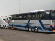 Camión remolque con horquilla remolcando autobús de 3 ejes