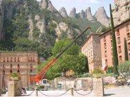 Treballs de rehabilitació amb grues autopropulsades a Montserrat